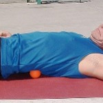 Bài tập mát xa lưng với bóng tennis